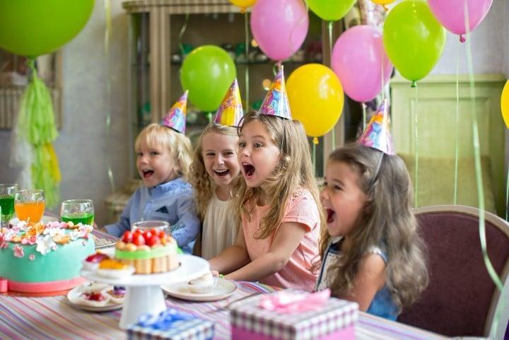 ימי הולדת לבנות עם בלונים ועוגה