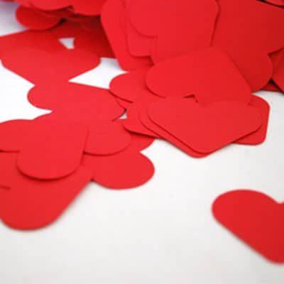 קונפטי בצבע אדום צורת לב