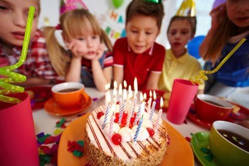 ימי הולדת לבנים עם עוגה ונרות