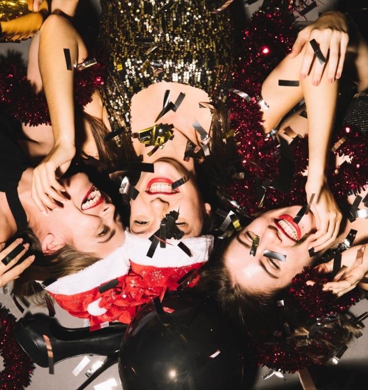 רעיונות למחשקים למסיבת רווקות -תמונה של בנות במסיבה