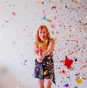עיצוב חדר ליום הולדת לחברה - תמונה של בחורה חוגגת